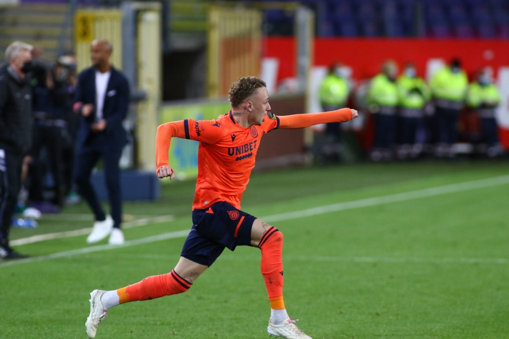 Noa Lang in een oranje shirt in de kampioenenmatch in Anderlecht